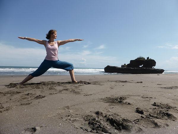 Suzanne Gergely fait du yoga sur la plage à Yverdon