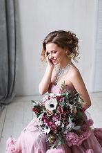 mariée avec un bouquet de fleurs