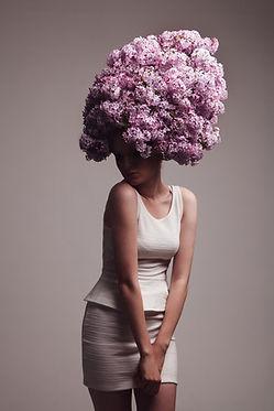 modèle femme avec fleurs en coupe de cheveux