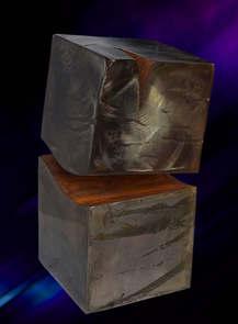 Acier patiné noir/gris et poncé, cire d'abeille, ouverture oxydé 36x21x21 cm