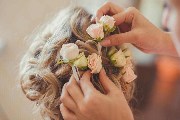 Rebecca coiffe des fleurs dans les cheveux