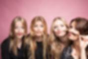 4 filles qui jouent à mettre leurs cheveux en moustaches