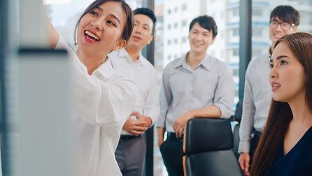 asia-businessmen-businesswomen-meeting-brainstorming-ideas-conducting-business-presentatio