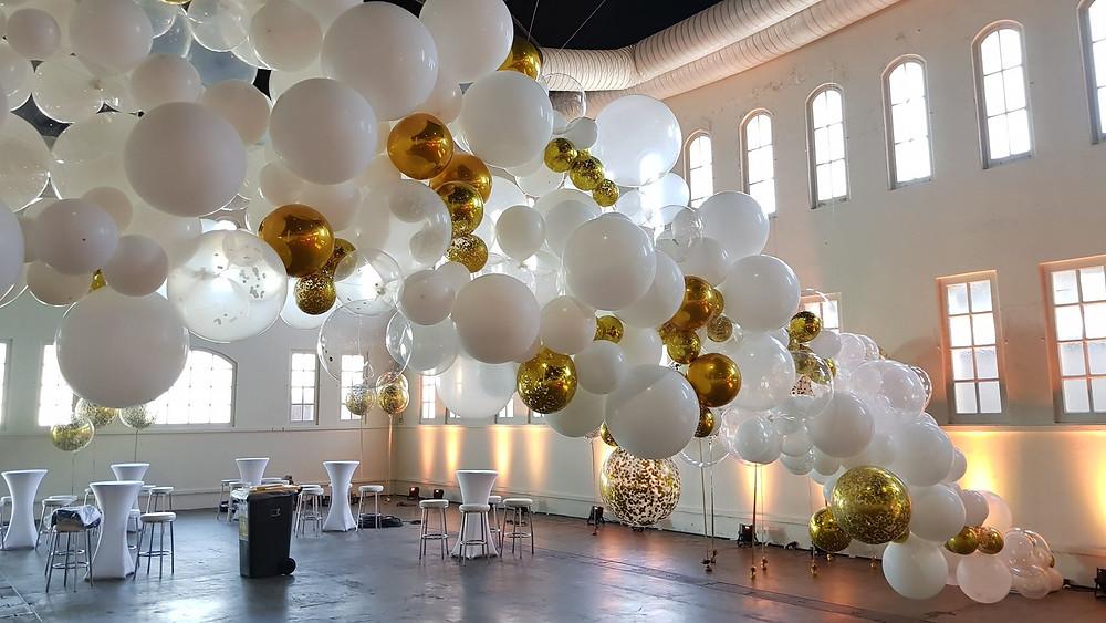 Потолок с воздушными шарами разнокалиберной гирляндой