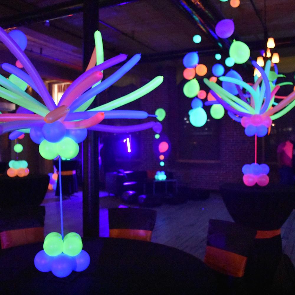Оформление воздушными шарами неоновое ультрафиолетовое