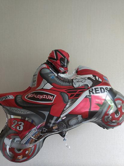 Мотоциклист с гелием и лентой