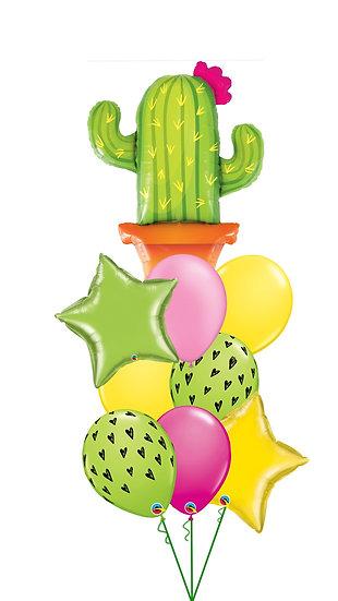 Яркий фонтан из воздушных шаров с фольгированными кактусом и звездами