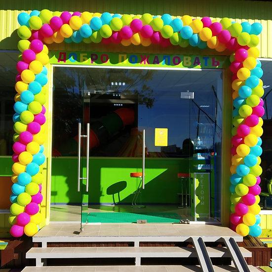 Яркая гирлянда из воздушных шаров на открытие детского центра