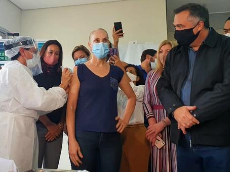 Enfermeira que atendeu primeiro caso de covid19 em Londrina é a primeira vacinada na cidade.