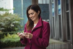 empresaria-que-usa-telefono-fuera-oficin