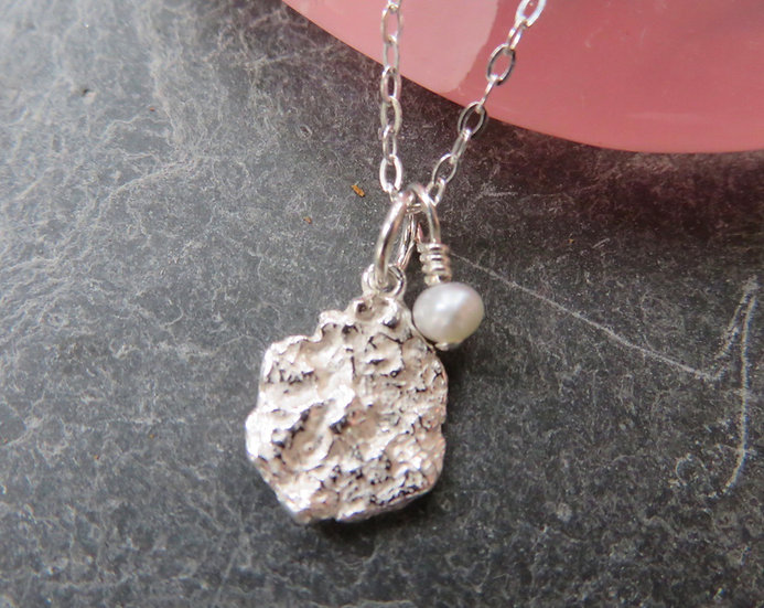 Silver crinkle necklace with freshwater pearl