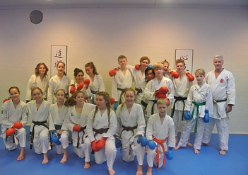 Chefinstruktør Flemming Almtorp med elever, til kumiteweekend