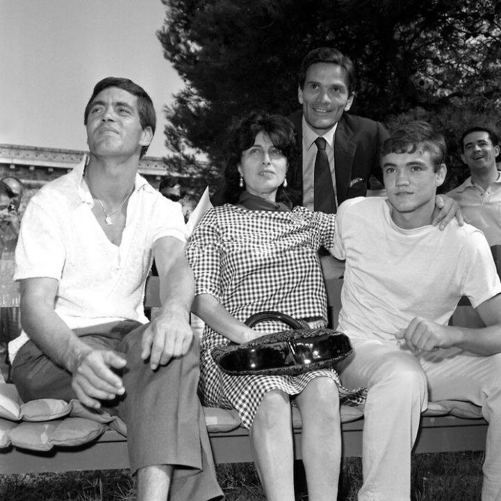Anna Magnani, Pier Paolo Pasolini, Ettore Garofalo e Franco Citti a Venezia per il film 'Mamma Roma' (1962)