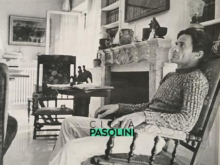 """Pier Paolo Pasolini inizia il suo incontro settimanale con i lettori di """"Tempo"""" (1968)"""