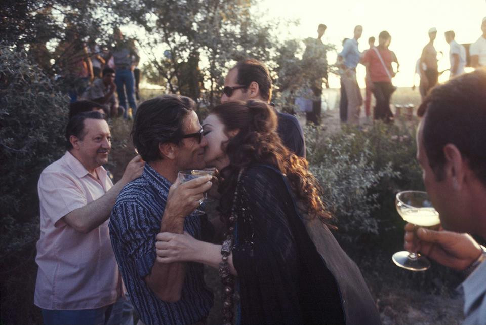 Maria Callas bacia Pier Paolo Pasolini durante le riprese di Medea. Göreme (Cappadocia), giugno 1969. © Pierre Boulat