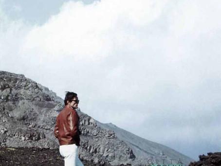 """Etna, Sicilia. Pasolini parla con Ninetto, Citti e Clémenti durante le riprese di """"Porcile"""" (1968)"""