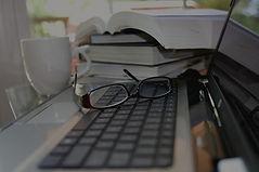 ordinateur-livres-poste-de-travai_edited