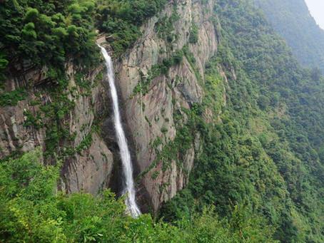 Puisi Li Bai: 望廬山瀑佈 (Memandangi Air Terjun Lushan)