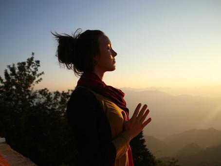 Yoga para abrir el corazón y el pecho. Asanas para el Anahata chacra.