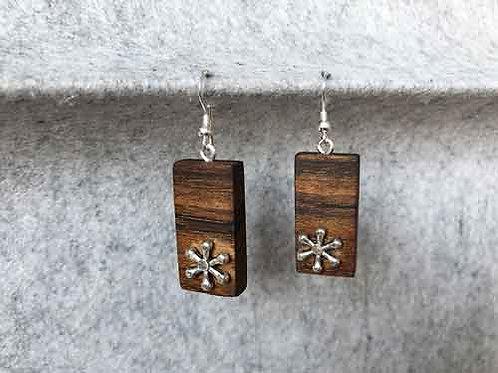 Ohrringe aus Nussholz mit Metallelementen