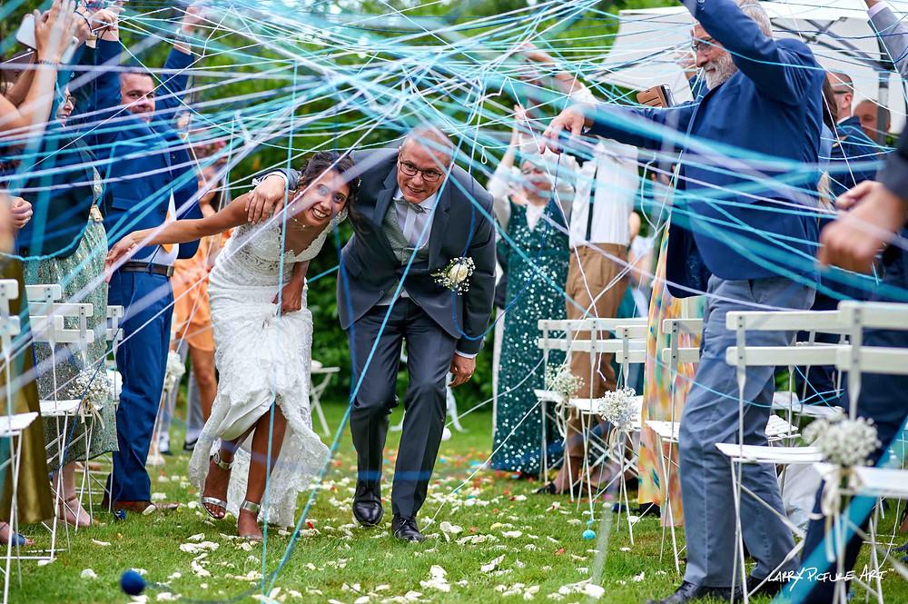 Rituel festif, collectif et participatif : le lancer de pelotes de laine, à inclure au milieu de la cérémonie ou à la sortie des mariés. Pour créer des liens !