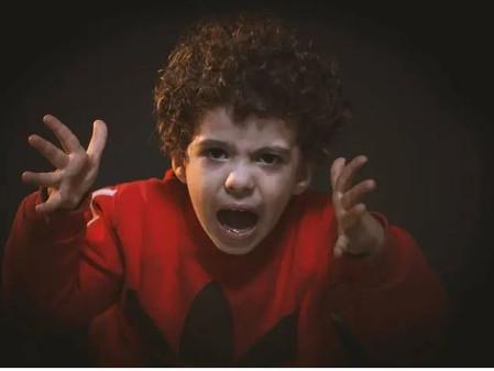 Quando os pais defendem a má conduta de seus filhos.