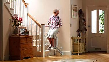 monte-escalier-sadler-avec-une-personne-