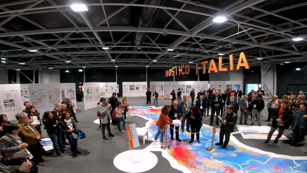 """XXX CONGRESSO e VII RUN a Riva Del Garda organizzato da Istituto Nazionale di Urbanistica.  PMopenlab srls si è occupata della progettazione dell'allestimento della mostra e del tappeto """"MOSAICO ITALIA: raccontare il futuro"""" e sta curando la #comunic"""