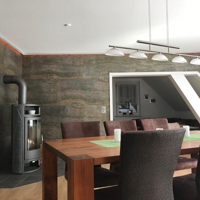 Wohnzimmer mit Burnig Forest