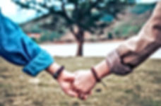 hands_couple_tree_121222_3415x3415_edite