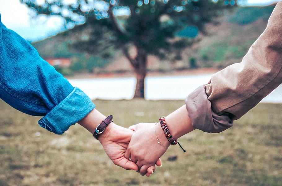 hands_couple_tree_121222_3415x3415_edite
