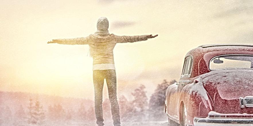woman-enjoying-road-trip-PXEKB6L-compres