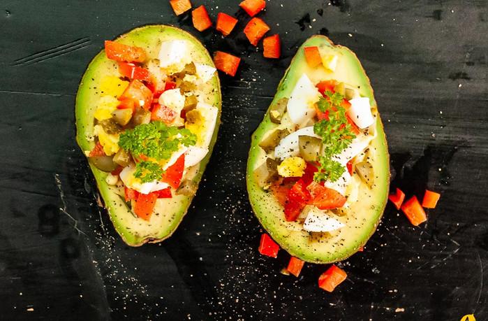 Rezept: Avocado-Schiffchen mit Ei und Cornichons