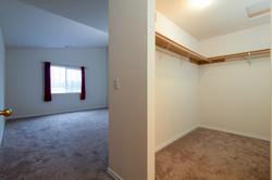 Bedroom w / Walk-in Closet