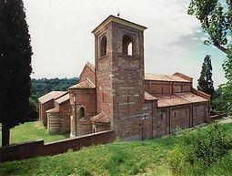 Parmi les monuments les plus connus: Santa Maria di Vezzolano, San Nazario e Celso à Montechiaro, San Secondo à Cortazzone.
