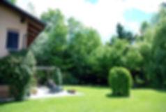 Parc de colline de trois hectares bordé d'arbres. Grande piscine panoramique. Pergola, parasols, chaises longues, tables, chaises. Equipement pour les jeux de pingpong, badminton, volleyball. A proximité il est possible de pratiquer: équitation, vol aérien