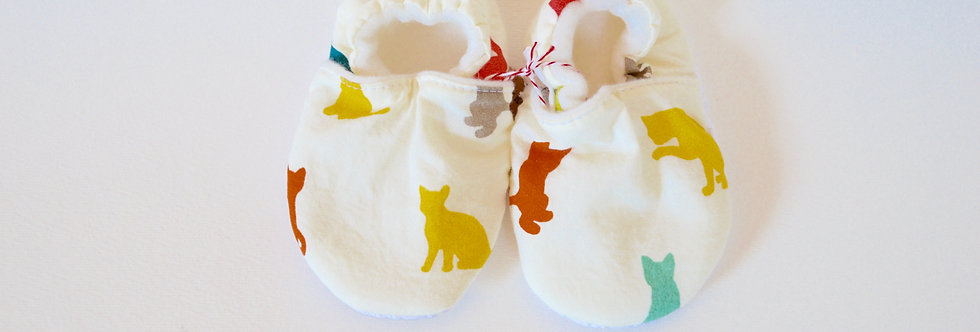 Stay-on baby mocs with colorful cats design