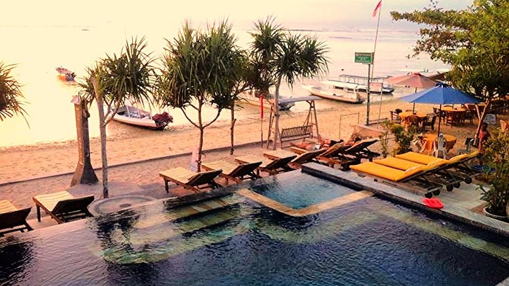 The beach front pool at Ketuts Losmen, Nusa Lembongan, Bali