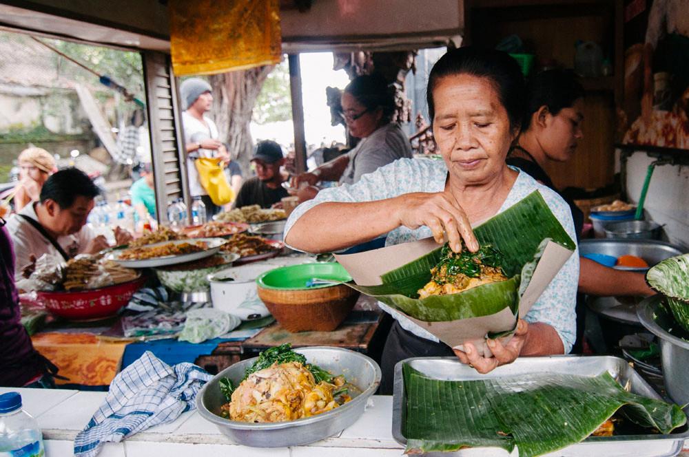 Women serving food in Sanur market