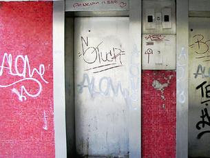 Как обновить поврежденный вандалами лифт с помощью пленки