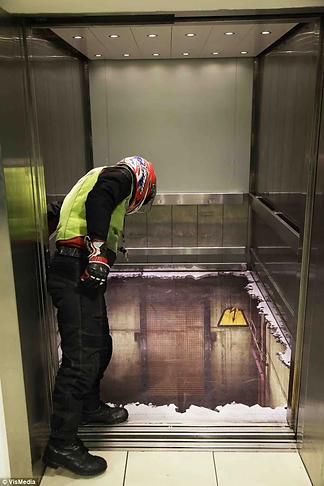 реклама на полу лифта