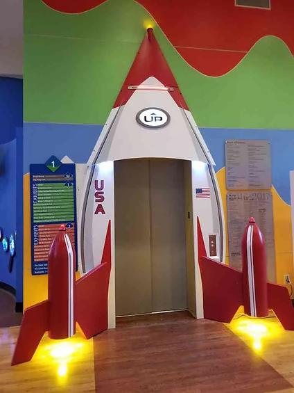 Оформленная входная группа лифта