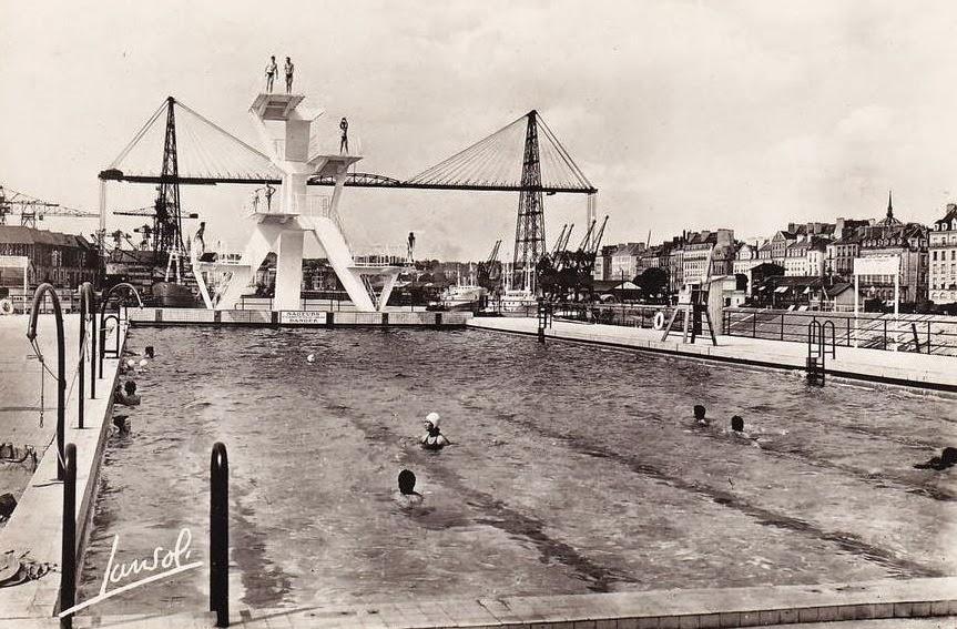 1953_-_Ile_Gloriette;_la_piscine_Municipale;_le_bassin_découvert_a_l'époque_sur_la_terrasse_de_l'imm