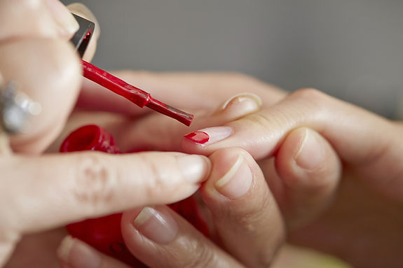 Applying_manicure_at_nail_salon-mnimage_
