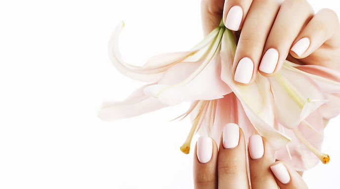 beauty_delicate_hands_with_manicure_hold