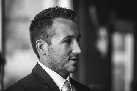 Black and white portrait of the groom - de lumière photography