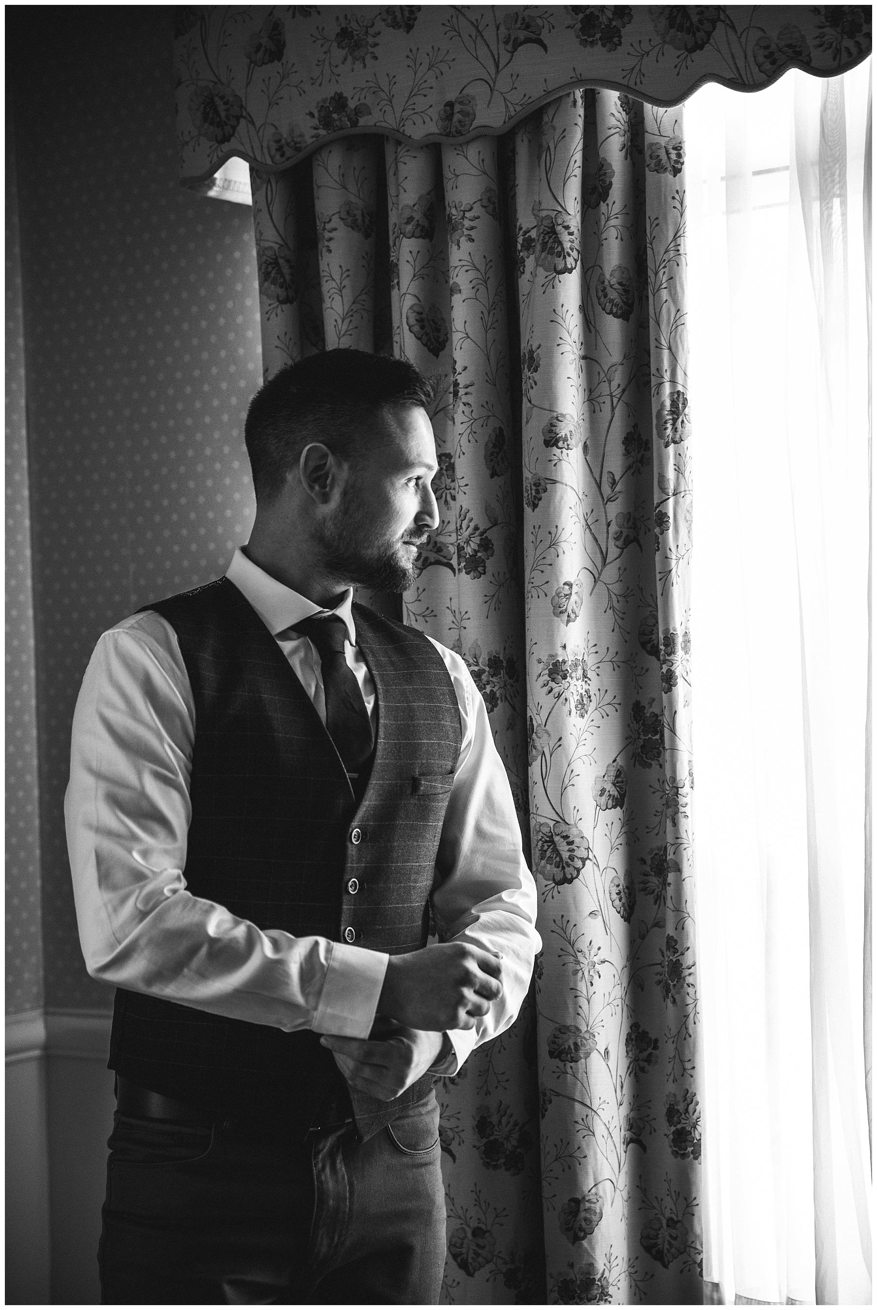 Black and white photo of the groom - de lumière photography