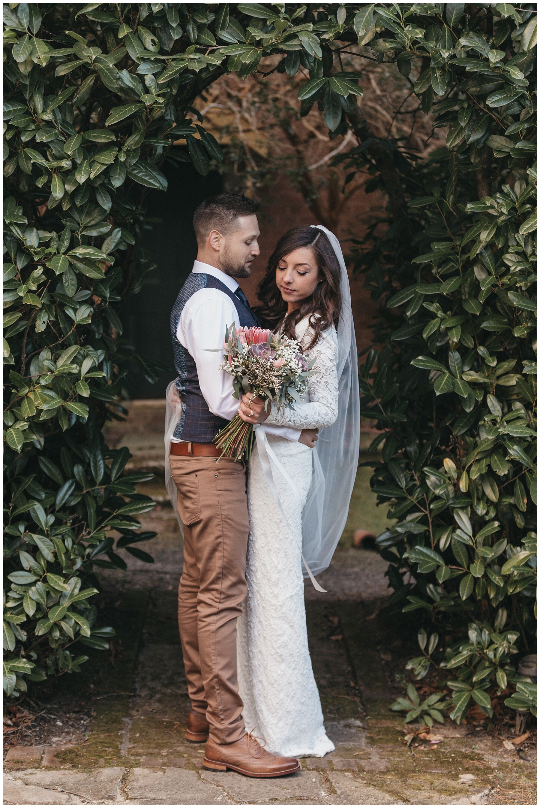 Bride and groom hugging in the grounds of Lillianfels Resort Blue Mountains de lumière photography