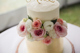 Naked wedding cake with fresh flowers - de lumière photography