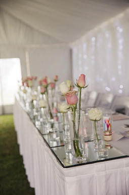 Bridal table with pink and white roses - de lumière photography